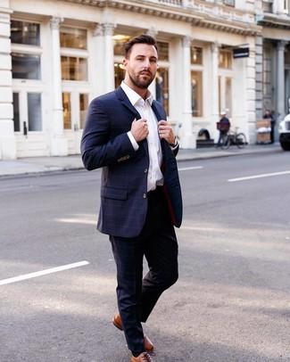 Wie kombinieren: dunkelblauer Anzug mit Karomuster, weißes Businesshemd, rotbraune Leder Oxford Schuhe, schwarze Lederuhr