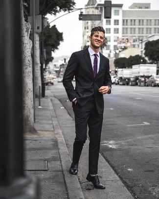 Wie kombinieren: schwarzer Anzug, hellviolettes Businesshemd, schwarze Leder Oxford Schuhe, lila Krawatte