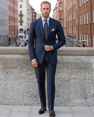 Wie kombinieren: dunkelblauer Anzug, hellblaues Businesshemd, dunkelrote Leder Oxford Schuhe, schwarze gepunktete Krawatte