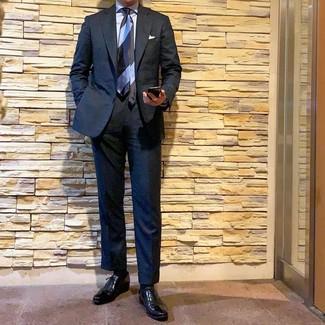 schwarzer Anzug, hellblaues Businesshemd, schwarze Leder Oxford Schuhe, hellblaue horizontal gestreifte Krawatte für Herren