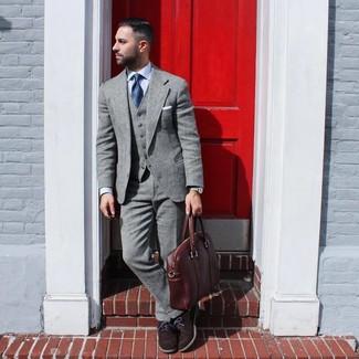 Dunkelbraune Wildleder Oxford Schuhe kombinieren: Erwägen Sie das Tragen von einem grauen Wollanzug und einem hellblauen Businesshemd, um vor Klasse und Perfektion zu strotzen. Dunkelbraune Wildleder Oxford Schuhe sind eine kluge Wahl, um dieses Outfit zu vervollständigen.