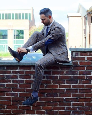 Dunkelblaue und weiße gepunktete Krawatte kombinieren: trends 2020: Paaren Sie einen grauen Anzug mit Schottenmuster mit einer dunkelblauen und weißen gepunkteten Krawatte für eine klassischen und verfeinerte Silhouette. Dunkelblaue Wildleder Oxford Schuhe sind eine großartige Wahl, um dieses Outfit zu vervollständigen.