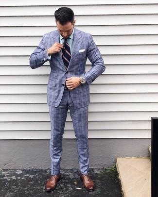 Wie kombinieren: hellblauer Anzug mit Schottenmuster, grünes vertikal gestreiftes Businesshemd, braune Leder Oxford Schuhe, dunkelblaue vertikal gestreifte Krawatte