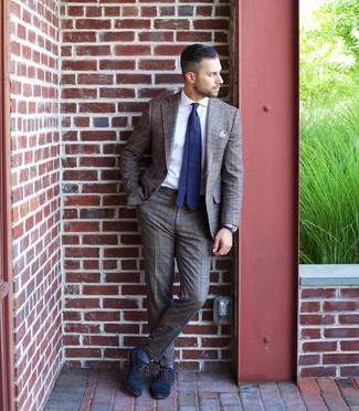 Dunkelblaue und weiße gepunktete Krawatte kombinieren: trends 2020: Entscheiden Sie sich für einen braunen Anzug mit Schottenmuster und eine dunkelblaue und weiße gepunktete Krawatte für eine klassischen und verfeinerte Silhouette. Dunkelblaue Leder Oxford Schuhe fügen sich nahtlos in einer Vielzahl von Outfits ein.