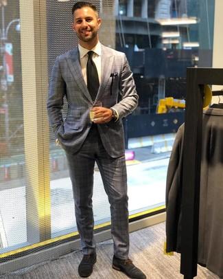Wie kombinieren: grauer Anzug mit Schottenmuster, weißes Businesshemd, dunkelblaue Wildleder Oxford Schuhe, schwarze Krawatte