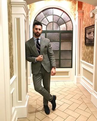 Wie kombinieren: grauer Wollanzug, hellblaues Businesshemd, dunkelblaue Wildleder Oxford Schuhe, dunkelblaue vertikal gestreifte Krawatte