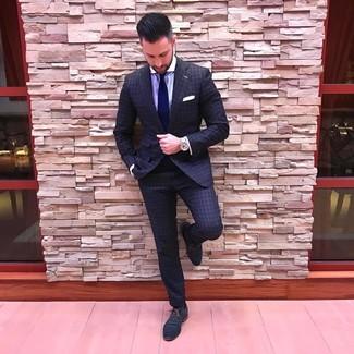 Wie kombinieren: dunkelgrauer Anzug mit Karomuster, hellviolettes vertikal gestreiftes Businesshemd, dunkelblaue Leder Oxford Schuhe, dunkelblaue Krawatte