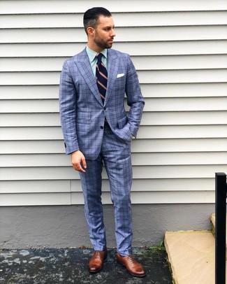 Wie kombinieren: blauer Anzug mit Schottenmuster, grünes vertikal gestreiftes Businesshemd, braune Leder Oxford Schuhe, dunkelblaue vertikal gestreifte Krawatte