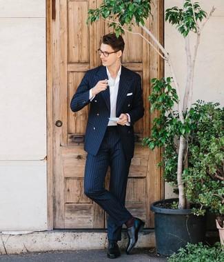 Wie kombinieren: dunkelblauer vertikal gestreifter Anzug, weißes Businesshemd, schwarze Leder Oxford Schuhe, weißes Einstecktuch