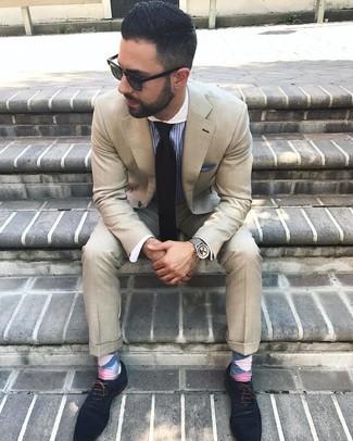 Wie kombinieren: hellbeige Anzug, blaues vertikal gestreiftes Businesshemd, dunkelblaue Wildleder Oxford Schuhe, schwarze Krawatte