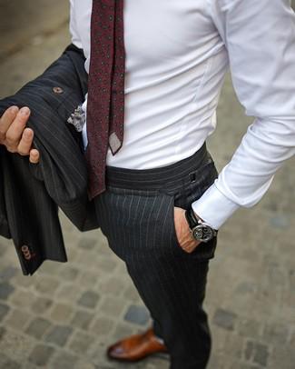 Wie kombinieren: dunkelgrauer vertikal gestreifter Anzug, weißes Businesshemd, braune Leder Oxford Schuhe, dunkelrote bedruckte Krawatte