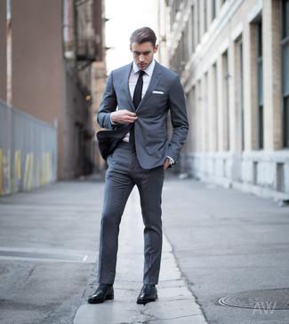 Wie kombinieren: dunkelgrauer Anzug, weißes Businesshemd, schwarze Leder Oxford Schuhe, schwarze Krawatte