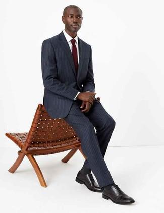Dunkelrote Krawatte kombinieren: trends 2020: Vereinigen Sie einen dunkelgrauen vertikal gestreiften Anzug mit einer dunkelroten Krawatte für einen stilvollen, eleganten Look. Machen Sie diese Aufmachung leger mit schwarzen Leder Oxford Schuhen.