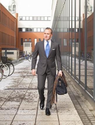 Schwarze Leder Oxford Schuhe kombinieren für Sommer: trends 2020: Tragen Sie einen dunkelgrauen Anzug und ein weißes Businesshemd für einen stilvollen, eleganten Look. Schwarze Leder Oxford Schuhe fügen sich nahtlos in einer Vielzahl von Outfits ein. Der Look ist mega für den Sommer.