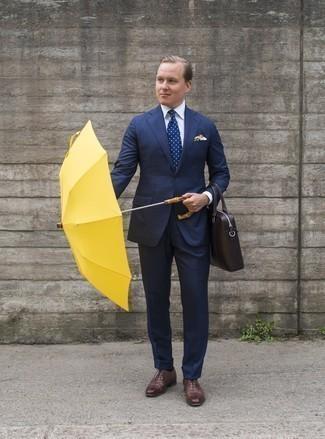 Weißes Businesshemd kombinieren: trends 2020: Erwägen Sie das Tragen von einem weißen Businesshemd und einem dunkelblauen Anzug mit Karomuster für eine klassischen und verfeinerte Silhouette. Braune Leder Oxford Schuhe sind eine kluge Wahl, um dieses Outfit zu vervollständigen.