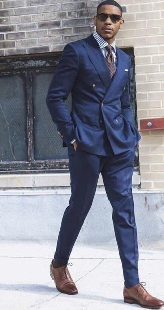 Braune horizontal gestreifte Krawatte kombinieren: trends 2020: Paaren Sie einen dunkelblauen Anzug mit einer braunen horizontal gestreiften Krawatte für eine klassischen und verfeinerte Silhouette. Wenn Sie nicht durch und durch formal auftreten möchten, komplettieren Sie Ihr Outfit mit braunen Leder Oxford Schuhen.