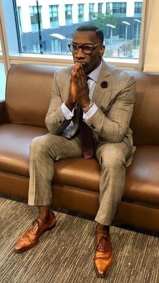 Dunkelrote gepunktete Krawatte kombinieren: trends 2020: Tragen Sie einen beige Anzug und eine dunkelrote gepunktete Krawatte für einen stilvollen, eleganten Look. Fühlen Sie sich mutig? Entscheiden Sie sich für rotbraunen Leder Oxford Schuhe.