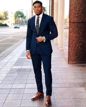 Dunkelblaue und weiße horizontal gestreifte Krawatte kombinieren: trends 2020: Vereinigen Sie einen dunkelblauen Anzug mit einer dunkelblauen und weißen horizontal gestreiften Krawatte, um vor Klasse und Perfektion zu strotzen. Suchen Sie nach leichtem Schuhwerk? Komplettieren Sie Ihr Outfit mit rotbraunen Leder Oxford Schuhen für den Tag.