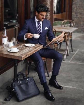 Dunkelblaue und weiße horizontal gestreifte Krawatte kombinieren: trends 2020: Entscheiden Sie sich für einen klassischen Stil in einem dunkelblauen Anzug und einer dunkelblauen und weißen horizontal gestreiften Krawatte. Wenn Sie nicht durch und durch formal auftreten möchten, ergänzen Sie Ihr Outfit mit schwarzen Leder Oxford Schuhen.