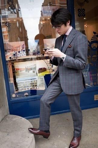 Rosa vertikal gestreiftes Businesshemd kombinieren: trends 2020: Kombinieren Sie ein rosa vertikal gestreiftes Businesshemd mit einem grauen Anzug mit Schottenmuster für eine klassischen und verfeinerte Silhouette. Fühlen Sie sich ideenreich? Vervollständigen Sie Ihr Outfit mit dunkelroten Leder Oxford Schuhen.