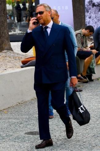 Rosa vertikal gestreiftes Businesshemd kombinieren: trends 2020: Paaren Sie ein rosa vertikal gestreiftes Businesshemd mit einem dunkelblauen Anzug für einen stilvollen, eleganten Look. Dunkelrote Leder Oxford Schuhe sind eine perfekte Wahl, um dieses Outfit zu vervollständigen.