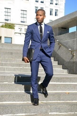 Blauen vertikal gestreiften Anzug kombinieren: trends 2020: Erwägen Sie das Tragen von einem blauen vertikal gestreiften Anzug und einem weißen Businesshemd, um vor Klasse und Perfektion zu strotzen. Schwarze Leder Oxford Schuhe sind eine kluge Wahl, um dieses Outfit zu vervollständigen.