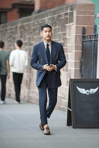 Braune Leder Oxford Schuhe kombinieren für warm Wetter: trends 2020: Kombinieren Sie einen dunkelblauen Anzug mit einem weißen Businesshemd für eine klassischen und verfeinerte Silhouette. Braune Leder Oxford Schuhe sind eine kluge Wahl, um dieses Outfit zu vervollständigen.