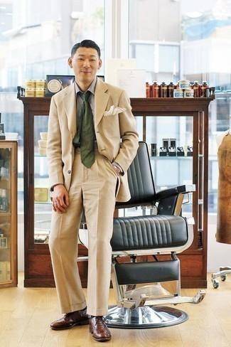 Braune Leder Oxford Schuhe kombinieren für warm Wetter: trends 2020: Entscheiden Sie sich für einen klassischen Stil in einem hellbeige Anzug und einem grauen Businesshemd. Komplettieren Sie Ihr Outfit mit braunen Leder Oxford Schuhen.