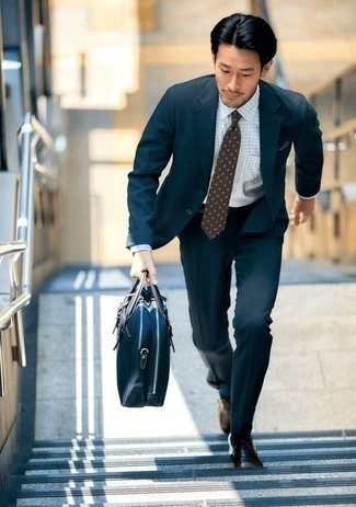 Braune Leder Oxford Schuhe kombinieren für warm Wetter: trends 2020: Kombinieren Sie einen dunkelblauen Anzug mit einem weißen Businesshemd mit Karomuster, um vor Klasse und Perfektion zu strotzen. Braune Leder Oxford Schuhe sind eine großartige Wahl, um dieses Outfit zu vervollständigen.