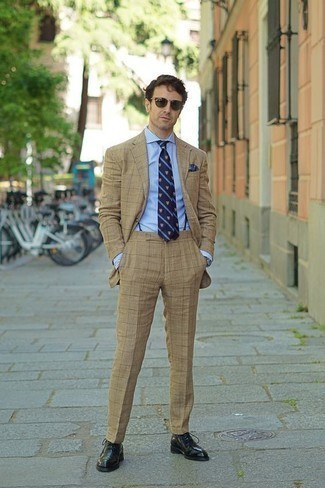Dunkelblauen Hosenträger kombinieren: trends 2020: Tragen Sie einen beige Anzug und einen dunkelblauen Hosenträger für einen bequemen Alltags-Look. Schwarze Leder Oxford Schuhe bringen klassische Ästhetik zum Ensemble.