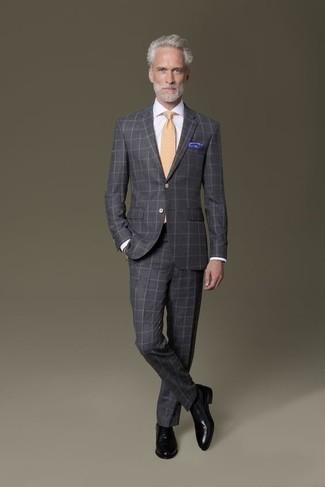 Herren Outfits & Modetrends 2020: Geben Sie den bestmöglichen Look ab in einem dunkelgrauen Anzug mit Karomuster und einem weißen Businesshemd. Schwarze Leder Oxford Schuhe sind eine perfekte Wahl, um dieses Outfit zu vervollständigen.