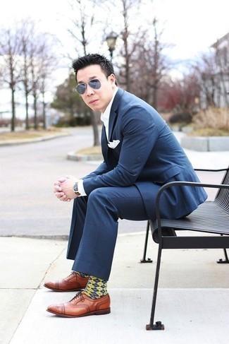 Herren Outfits & Modetrends 2020: Etwas Einfaches wie die Wahl von einem dunkelblauen Anzug mit Karomuster und einem weißen Businesshemd kann Sie von der Menge abheben. Rotbraune Leder Oxford Schuhe sind eine gute Wahl, um dieses Outfit zu vervollständigen.