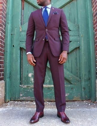 Lila Anzug kombinieren – 48 Herren Outfits: Kombinieren Sie einen lila Anzug mit einem weißen Businesshemd für einen stilvollen, eleganten Look. Komplettieren Sie Ihr Outfit mit dunkelroten Leder Oxford Schuhen.
