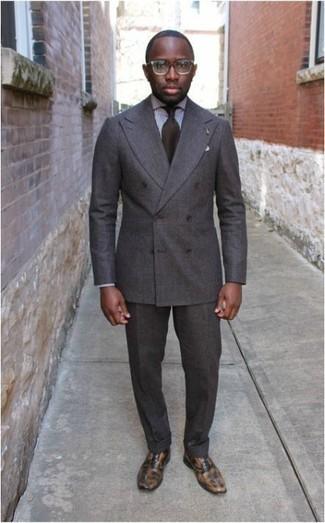 Dunkelbraune Krawatte kombinieren: trends 2020: Erwägen Sie das Tragen von einem grauen Anzug und einer dunkelbraunen Krawatte, um vor Klasse und Perfektion zu strotzen. Suchen Sie nach leichtem Schuhwerk? Ergänzen Sie Ihr Outfit mit beige Leder Oxford Schuhen für den Tag.