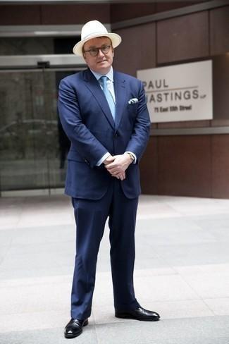 Schwarze Leder Oxford Schuhe kombinieren: trends 2020: Kombinieren Sie einen dunkelblauen vertikal gestreiften Anzug mit einem weißen Businesshemd für eine klassischen und verfeinerte Silhouette. Komplettieren Sie Ihr Outfit mit schwarzen Leder Oxford Schuhen.