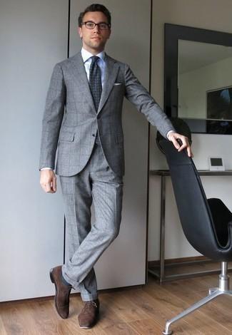 Dunkelbraune Wildleder Oxford Schuhe kombinieren: trends 2020: Erwägen Sie das Tragen von einem grauen Anzug mit Karomuster und einem weißen Businesshemd, um vor Klasse und Perfektion zu strotzen. Ergänzen Sie Ihr Look mit dunkelbraunen Wildleder Oxford Schuhen.