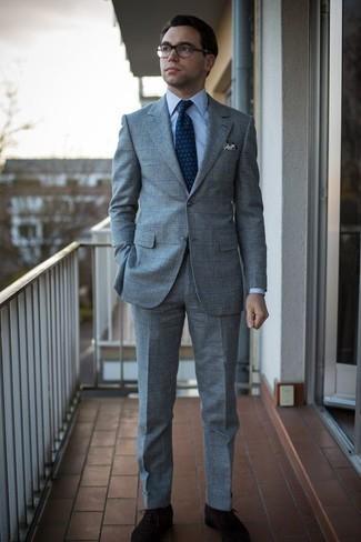 Dunkelbraune Wildleder Oxford Schuhe kombinieren: trends 2020: Kombinieren Sie einen grauen Anzug mit Karomuster mit einem weißen und blauen vertikal gestreiften Businesshemd für eine klassischen und verfeinerte Silhouette. Wählen Sie dunkelbraunen Wildleder Oxford Schuhe, um Ihr Modebewusstsein zu zeigen.