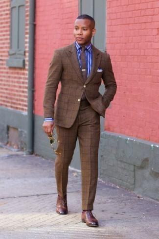 Rote Socken kombinieren – 500+ Herren Outfits: Vereinigen Sie einen braunen Anzug mit Karomuster mit roten Socken für ein sonntägliches Mittagessen mit Freunden. Fühlen Sie sich mutig? Komplettieren Sie Ihr Outfit mit braunen Leder Oxford Schuhen.