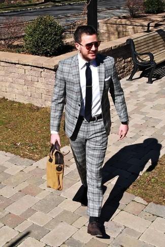 Dunkelbraune Wildleder Oxford Schuhe kombinieren: trends 2020: Kombinieren Sie einen grauen Anzug mit Schottenmuster mit einem weißen Businesshemd für eine klassischen und verfeinerte Silhouette. Dunkelbraune Wildleder Oxford Schuhe sind eine gute Wahl, um dieses Outfit zu vervollständigen.
