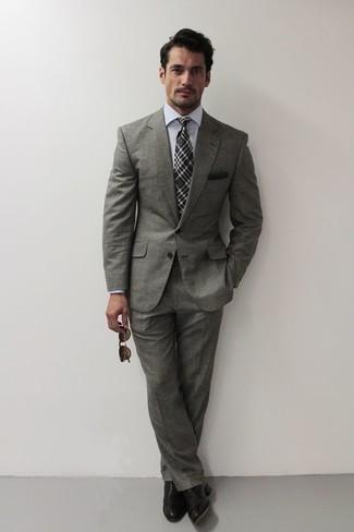 Dunkelgraue Krawatte mit Schottenmuster kombinieren – 51 Herren Outfits: Kombinieren Sie einen grauen Anzug mit einer dunkelgrauen Krawatte mit Schottenmuster, um vor Klasse und Perfektion zu strotzen. Bringen Sie die Dinge durcheinander, indem Sie schwarzen Leder Oxford Schuhe mit diesem Outfit tragen.