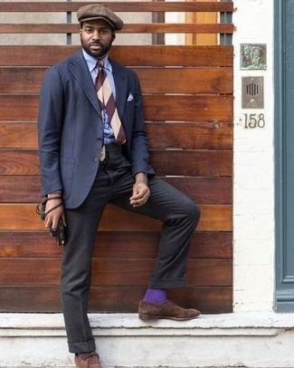 Braune Schiebermütze kombinieren – 58 Herren Outfits: Die Paarung aus einem dunkelblauen Anzug und einer braunen Schiebermütze ist eine komfortable Wahl, um Besorgungen in der Stadt zu erledigen. Wählen Sie braunen Wildleder Oxford Schuhe, um Ihr Modebewusstsein zu zeigen.