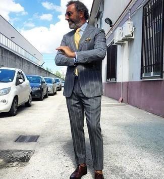 Weißes und blaues vertikal gestreiftes Businesshemd kombinieren – 500+ Herren Outfits: Entscheiden Sie sich für ein weißes und blaues vertikal gestreiftes Businesshemd und einen dunkelgrauen vertikal gestreiften Anzug für einen stilvollen, eleganten Look. Fühlen Sie sich ideenreich? Ergänzen Sie Ihr Outfit mit dunkelroten Leder Oxford Schuhen.