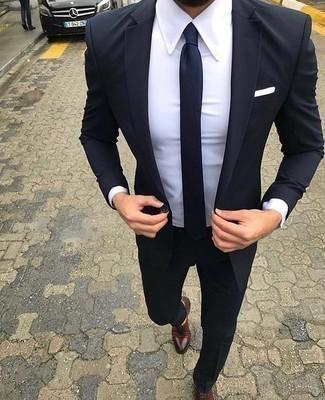 Einstecktuch kombinieren – 500+ Herren Outfits: Vereinigen Sie einen dunkelblauen Anzug mit einem Einstecktuch, um einen lockeren, aber dennoch stylischen Look zu erhalten. Ergänzen Sie Ihr Outfit mit dunkelroten Leder Oxford Schuhen, um Ihr Modebewusstsein zu zeigen.