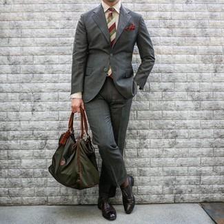 Dunkelgrüne Shopper Tasche aus Segeltuch kombinieren – 169 Herren Outfits: Kombinieren Sie einen dunkelgrauen Anzug mit einer dunkelgrünen Shopper Tasche aus Segeltuch, um mühelos alles zu meistern, was auch immer der Tag bringen mag. Dunkelrote Leder Oxford Schuhe sind eine einfache Möglichkeit, Ihren Look aufzuwerten.