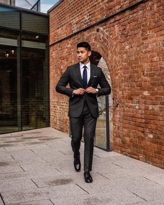 Goldene Uhr kombinieren – 998+ Herren Outfits: Kombinieren Sie einen schwarzen Anzug mit einer goldenen Uhr für einen bequemen Alltags-Look. Schwarze Leder Oxford Schuhe putzen umgehend selbst den bequemsten Look heraus.