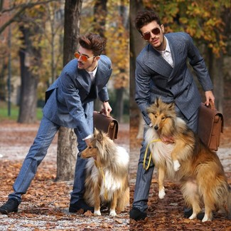 Wie kombinieren: blauer Anzug, weißes Businesshemd, schwarze Wildleder Oxford Schuhe, braune Leder Aktentasche