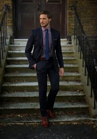 Tragen Sie einen schwarzen Anzug und ein rotes und dunkelblaues Businesshemd mit Vichy-Muster für eine klassischen und verfeinerte Silhouette. Braune leder oxford schuhe sind eine kluge Wahl, um dieses Outfit zu vervollständigen.