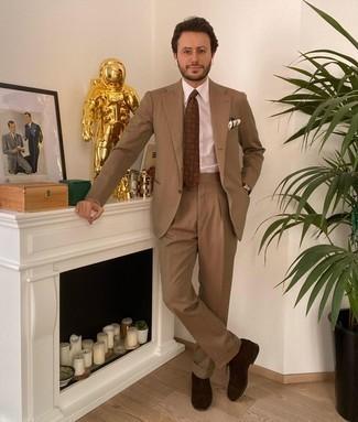 Sommer Outfits Herren 2020: Kombinieren Sie einen beige Anzug mit einem weißen Businesshemd für eine klassischen und verfeinerte Silhouette. Vervollständigen Sie Ihr Look mit dunkelbraunen Wildleder Oxford Schuhen. Ein toller Look für den Sommer.