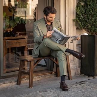 Sommer Outfits Herren 2020: Kombinieren Sie einen olivgrünen Anzug mit einem braunen Businesshemd, um vor Klasse und Perfektion zu strotzen. Dunkelbraune Leder Oxford Schuhe sind eine gute Wahl, um dieses Outfit zu vervollständigen. Was für eine schöne Sommer-Outfit Idee!