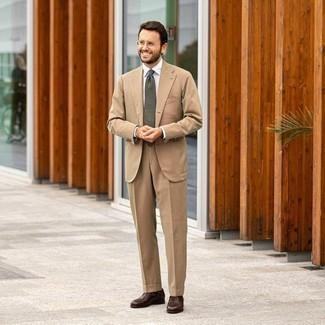 Sommer Outfits Herren 2020: Tragen Sie einen beige Anzug und ein weißes vertikal gestreiftes Businesshemd, um vor Klasse und Perfektion zu strotzen. Ergänzen Sie Ihr Look mit dunkelbraunen Leder Oxford Schuhen. Nicht jedermanns Sache aber stylich und super an Sommerabenden.